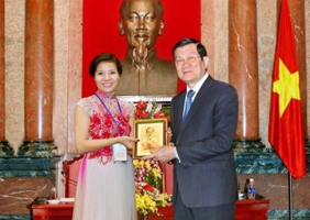 DIRECTOR OF INTERNATIONAL HAI ANH FASHION JSC.,CO HONOR TO MET PRESIDENT TRUONG TAN SANG